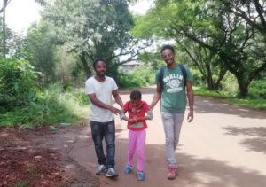 Un jeune adopté participe à l'accueil des enfants handicapés de Bahir Dar